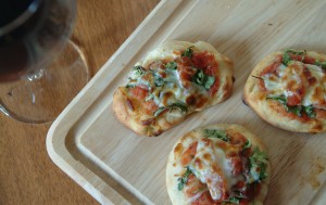 Quick Mini Pizza Appetizers with Arugula, Peppers, and Prosciutto